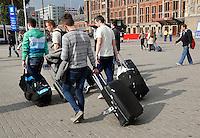Toeristen bij Centraal Station in Amsterdam