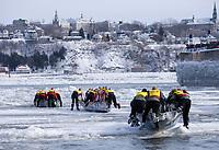 Amérique/Amérique du Nord/Canada/Québec/ Québec: Course en Canot à glace du Carnaval, traversée en canot du Saint-Laurent gelè depuis le port de  Québec jusqu'à Levis qu'on aperçoit au fond