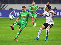 Thorgan Hazard (Borussia Mönchengladbach) gegen Makoto Hasebe (Eintracht Frankfurt) - 26.01.2018: Eintracht Frankfurt vs. Borussia Moenchengladbach, Commerzbank Arena