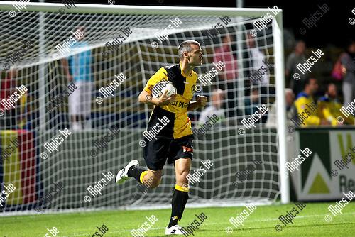 2009-08-22 / Voetbal / Cofidis Cup / K. Lierse SK - RFC Hoei / Gunter Thiebaut rept zich met de bal naar de middenstip nadat hij de gelijkmaker scoorde. Later zou hij ook nog de beslissende 2-1 scoren...Foto: Maarten Straetemans (SMB)