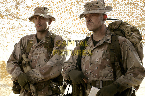 JAKE GYLLENHAAL & PETER SARSGAARD.in Jarhead (2005).*Filmstill - Editorial Use Only*.CAP/AWFF.Supplied by Capital Pictures.