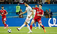 KAZAN - RUSIA, 20-06-2018: Sardar AZMOUN (Der) jugador de RI de Irán disputa el balón con Sergio BUSQUETS (Izq) jugador de España durante partido de la primera fase, Grupo B, por la Copa Mundial de la FIFA Rusia 2018 jugado en el estadio Kazan Arena en Kazán, Rusia. /  Sardar AZMOUN (R) player of IR Iran fights the ball with Sergio BUSQUETS (L) player of Spain during match of the first phase, Group B, for the FIFA World Cup Russia 2018 played at Kazan Arena stadium in Kazan, Russia. Photo: VizzorImage / Julian Medina / Cont