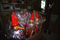 Statuette in legno di Pinocchio pronte per essere vendute a Collodi.