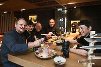 Europe/Monaco/Monte Carlo&nbsp;: Jo&euml;l Robuchon dans son restaurant nippon: restaurant Yoshi au M&eacute;tropole avec  de droite &agrave; gauche:<br /> Nori&eacute; Harada sommeli&egrave;re<br /> Christophe Cussac<br /> Eric Bouchemaine<br /> Tak&eacute;o Yamazaki Chef Japonais [Non destin&eacute; &agrave; un usage publicitaire - Not intended for an advertising use]