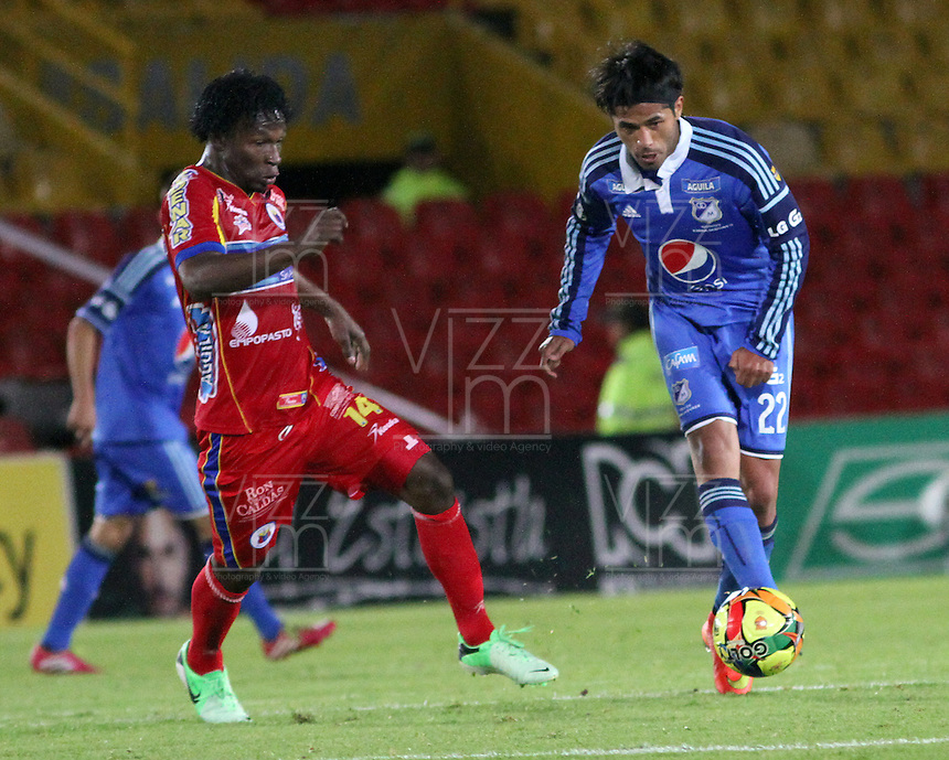 BOGOTA -COLOMBIA, 16 -AGOSTO-2014. Fabian Vargas  ( D) de  Millonarios disputa el balón con Mike Campaz ( I ) del Deportivo Pasto durante partido de la  quinta  fecha  de La Liga Postobón 2014-2. Estadio Nemesio Camacho El Campin  . /  Fabian Vargas (R ) of Millonarios   fights for the ball with Mike Campaz of Deportivo Pasto during match of the 5th date of Postobon  League 2014-2. Nemesio Camacho El Campin  Stadium. Photo: VizzorImage / Felipe Caicedo / Staff