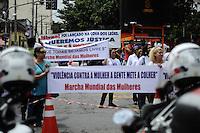 GUARULHOS, SP, 11 MARÇO 2013 - JULGAMENTO MIZAEL BISPO - Mulheres seguram faixas de apoio ao policial militar reformado e advogado Mizael Bispo durante o primeiro dia de seu julgamento, no Fórum de Guarulhos, pelo assassinato da advogada Mércia Nakashima em maio de 2010. De acordo com acusação do Ministério Público, Mizael matou Mércia por ciúmes, porque ela não queria reatar o romance com ele. Ainda segundo a Promotoria, o vigilante Evandro ajudou Mizael na fuga. A vítima teria sido abordada em Guarulhos, mas morta em Nazaré Paulista, interior de SP. Os réus negam a autoria do crime. (FOTO: ADRIANO LIMA / BRAZIL PHOTO PRESS).