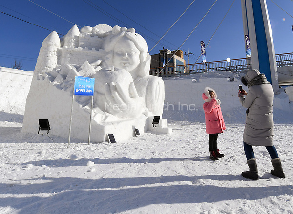 "A family taking pictures during their visit to the ""Snow Land"" ice sculpture park in Pyeongchang, South Korea, 07 February 2018. The Pyeongchang 2018 Winter Olympics take place between 09 and 25 February. Photo: Tobias Hase/dpa /MediaPunch ***FOR USA ONLY***"