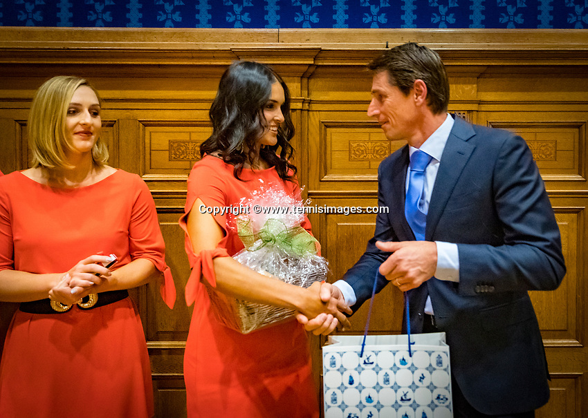 Den Bosch, The Netherlands, Februari 07 2019,  Maaspoort , FedCup  Netherlands - Canada, official dinner, both captains exchanging presents<br /> Photo: Tennisimages/Henk Koster
