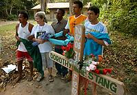A missionária americana Jane Elisabeth Dwyer, e trabalhadores rurais, participam  de cerimônia durante missa em homenagem a irmã Dorothy Stang, assassinada a seis meses .<br />Anapú, Pará, Brasil<br />Foto Paulo Santos/Interfoto