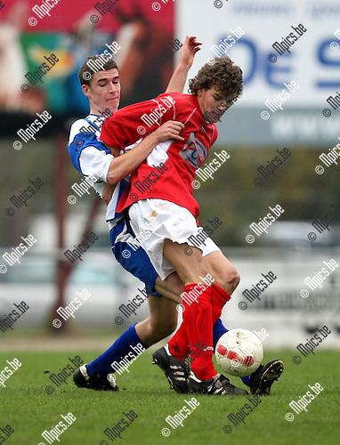 2009-11-11 / Voetbal / seizoen 2009-2010 / BVA: VC Herentals - SKS Herentals / Een stevig duel tussen Jasper Lambrechts (L, SKS) en Damien Moons..foto: mpics