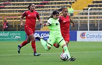 BOGOTÁ - COLOMBIA, 28-03-2018:Angie Valbuena(Centro) jugadora de la Equidad disputa el balón con Patriotas de Boyacá  durante partido por  la sexta Fecha de Liga Aguila Femenina 2018 jugado en el estadio Metropolitano de Techo de la ciudad de Bogotá. /Angie Valbuena(C) player of Equidad  figths the ball agaisnt  of Patriotas of Boyaca  during the match for the date 6 of the Women's Aguila  League 2018 played at the Metroplitano de Techo  Stadium in Bogota city. Photo: VizzorImage / Felipe Caicedo / Staff.