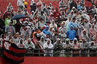 SAO PAULO, 25 DE MAIO DE 2014 - CAMPEONATO BRASILEIRO 2014 - SANTOS X FLAMENGO - Torcida do Flamengo durante início de tarde chuvosa no Morumbi. Os times do Santos e Flamengo se enfrentam na tarde de hoje, 25, no estádio do Morumbi, Zona Sul da capital, partida válida pela Sétima Rodada do Campeonato Brasileiro 2014.foto: Paulo Fischer/Brazil Photo Press.