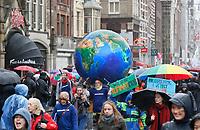 Nederland -  Amsterdam - 10 Maart 2019. De Klimaatmars. De protestmars trekt door het centrum van Amsterdam naar het Museumplein. De gemeente schat dat er 35.000 betogers zijn.
