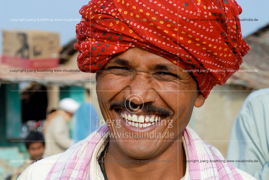 INDIA, Madhya Pradesh , Kasrawad, cotton farmer with red Turban