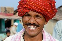 INDIA, Madhya Pradesh , Kasrawad, cotton farmer with red Turban
