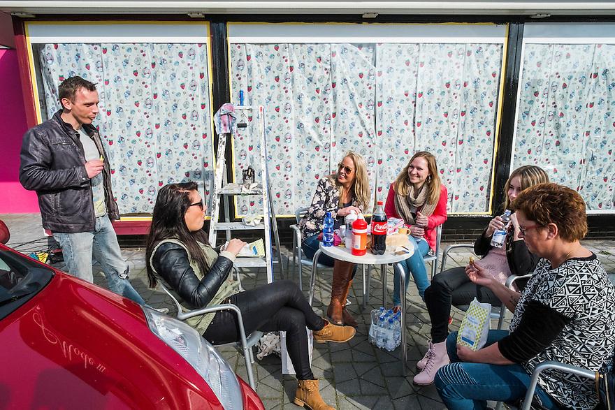 Nederland,  Driebergen, 8 maart 2014<br /> Gelateria Tre Monti opent 21 maart.<br /> Driebergen krijgt weer een ijssalon. De winkel op de hoek van de Oranjelaan en de Traay, waar vroeger een damesmodezaak zat, wordt momenteel hard verbouwd. De gevel heeft al een fijn zuurstokroze kleurtje gekregen. WIe even naar binnen kan gluren ziet de ijsvitrines al staan. <br /> De nieuwe ijswinkel Tre Monti staat voor ambachtelijk ijs met natuurlijke ingredienten. Het wordt gemaakt van boerenmelk van boerderij de Boersberg in Doorwerth. <br /> <br /> Op de foto: de verbouwers van Tre Monti hebben even pauze en nuttigen een patatje op de stoep voor de winkel.<br /> Foto(c): Michiel Wijnbergh