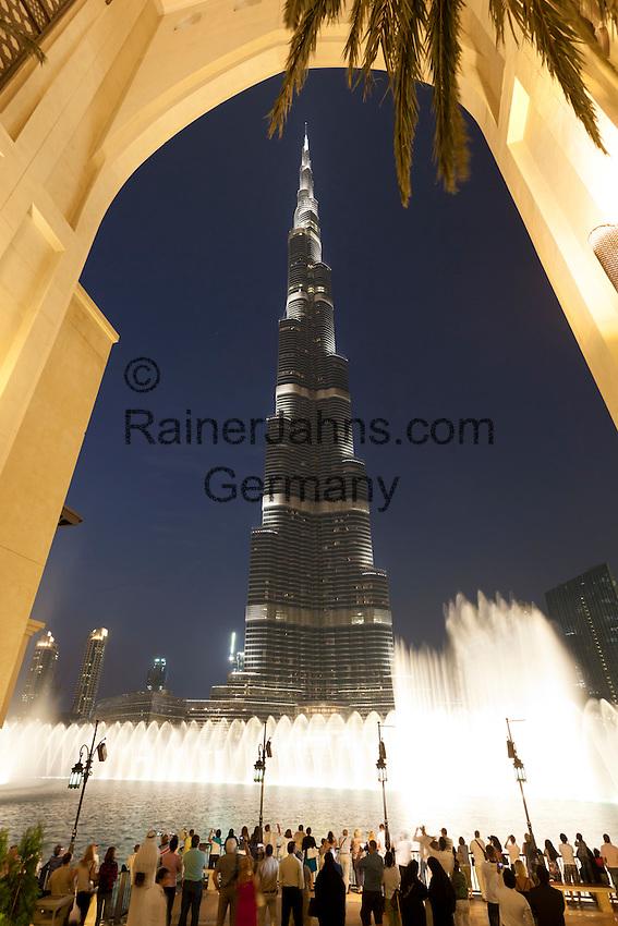 United Arab Emirates, Dubai: Fountain display at night in front of Burj Khalifa, the world's tallest building   Vereinigte Arabische Emirate, Dubai: das Burj Khalifa am Abend mit Wasserspielen