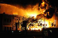 ALGEMEEN: HEERENVEEN: Chroomweg 6, Bedrijfspand van Safety4you (groothandel in beautyproducten) is in de nacht van zaterdag op zondag in vlammen op gegaan, gelegen tussen de panden van fietsenfabrikant Koga en autohandel Vaartland die werden nat gehouden, ©foto Martin de Jong
