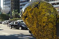 SAO PAULO, 28 DE MAIO DE 2012 - CALL PARADE SP -  intervencao artistica em orelhoes da capital promovida pela Vivo, na Avenida Paulista, regiao central, na tarde desta segunda feira. Com oito circuitos artísticos, a iniciativa tem como principal objetivo chamar a atenção da população para os orelhões e conscientizar a população sobre a importância da preservação dos telefones públicos. FOTO: ALEXANDRE MOREIRA - BRAZIL PHOTO PRESS