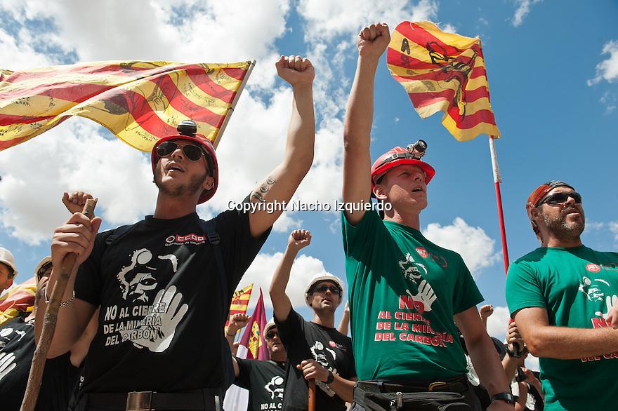 Como si de un ej&eacute;rcito victorioso se tratara, el  pueblo de Madrid recib&iacute;a entre abrazos y consignas como &ldquo;Madrid obrero est&aacute; con los mineros&rdquo;, y tras varias semanas sobre el duro y ardiente asfalto de las carreteras espa&ntilde;olas, a tres columnas compuestas por unos 200 mineros del carb&oacute;n procedentes de Arag&oacute;n, Asturias, Le&oacute;n y Puerto Llano. <br /> <br /> Esta decidida y larga marcha es la m&aacute;s reciente esperanza de muchos ciudadanos que se han volcado con estos trabajadores del carb&oacute;n por su valent&iacute;a y decisi&oacute;n a la hora de defender sus derechos, in&eacute;dita en unos &uacute;ltimos a&ntilde;os en los que la resignada aceptaci&oacute;n de la realidad parec&iacute;a campar a sus anchas. <br /> <br /> Simplemente reconocen el derecho a defender que sean cumplidas unas promesas hechas por unos pol&iacute;ticos en su d&iacute;a y que, una vez m&aacute;s, han vuelto a ser incumplidas, como las de tantos otros hombres y mujeres que se han visto as&iacute; identificados con la causa minera. <br /> <br /> Por este motivo, la &ldquo;marcha negra&rdquo; ha sido recibida con los brazos abiertos y la generosidad inherente al pueblo en cada poblaci&oacute;n donde han recalado, y que tras agotadoras jornadas culmin&oacute; el 11 de julio en la capital espa&ntilde;ola para protestar por sus calles y ante la sede del Ministerio de Industria por la dr&aacute;stica reducci&oacute;n en un 63% de las subvenciones a la miner&iacute;a para este a&ntilde;o, lo que pr&aacute;cticamente la condena. <br /> <br /> Exhaustos y emocionados, los trabajadores del carb&oacute;n han recibido besos y sinceros abrazos de una multitud que solo quer&iacute;a tocarlos y aclamarlos cual h&eacute;roes. Guadalajara ha sido una de las provincias que la marcha del carb&oacute;n ha atravesado camino de Madrid, y donde los mineros han sido bienvenidos con c&aacute;lidas muestras de solidaridad y refugios donde reponer fuerza