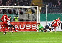 Marius Wolf (Eintracht Frankfurt) bereitet gegen Rene Adler (1. FSV Mainz 05) und Alexander Hack (1. FSV Mainz 05) das 1:0 von Ante Rebic (Eintracht Frankfurt) vor - 07.02.2018: Eintracht Frankfurt vs. 1. FSV Mainz 05, DFB-Pokal Viertelfinale, Commerzbank Arena