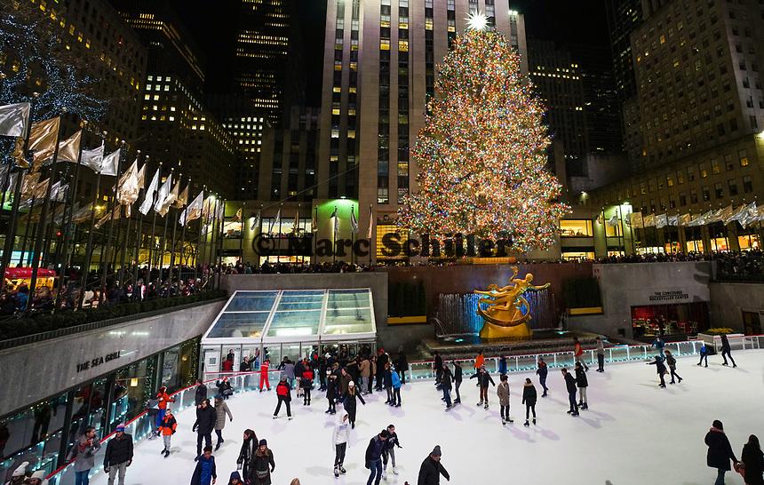 Weihnachtliche Installation am Weihnachtsbaum und der Eislauffläche des Rockefeller Centers - 08.12.2019: New York