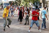 SAO PAULO, SP, 06 DE JULHO DE 2013. ARRAIAL DE SAO PAULO NO VALE DO ANHANGABAU. Público assiste a show de forró durante o Arraial São Paulo no Vale do Anhangabaú que acontece neste final de semana no centro de São Paulo. FOTO ADRIANA SPACA/BRAZIL PHOTO PRESS