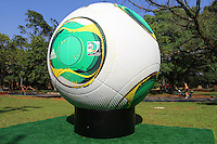 ATENCAO EDITOR: FOTO EMBARGADA PARA VEICULO INTERNACIONAL - SAO PAULO, SP, 06 DEZEMBRO 2012 - CAFUSA  BOLA DA COPA DAS CONFEDERACOES -  A Cafusa bola da copa das confederacoes esta em exposição em tamanho gigante no parque do Ibirapuera zona sul da capital nessa quinta, 06. (FOTO: LEVY RIBEIRO / BRAZIL PHOTO PRESS)..