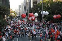 SÃO PAULO, SP - 30.08.2013: CUT / FORÇA SINDICAL / MANIFESTAÇÃO - Integrantes da Força Sindical / CUT durante a manifestação que ocorre na frente da Secretaria da Educação na Praça da República região central de São Paulo na tarde desta 6 feira (30). (Foto: Marcelo Brammer/Brazil Photo Press)