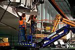 UTRECHT - In Utrecht heeft Rijkswaterstaat afgelopen weekendde Galecopperbrug (A12) over Amsterdam-Rijnkanaal versterkt met 300 meter lange stalen liggers onder de brug. Tot eind 2015 renoveren Rijkswaterstaat en Combinatie Galecom de Galecopperbrug bij Utrecht (A12 over Amsterdam-Rijnkanaal). De brug wordt ondermeer versterkt met bijna zes miljoen kilo staal, waaronder stalen liggers met meer dan 300 meter lengte. COPYRIGHT TON BORSBOOM