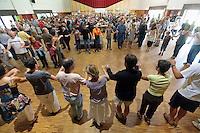 Concours de biniou-bombarde.Puisqu'il y a musique bretonne a danser, il y a des danseurs qui profitent de l'aubaine, ici avec une ride ou un laride