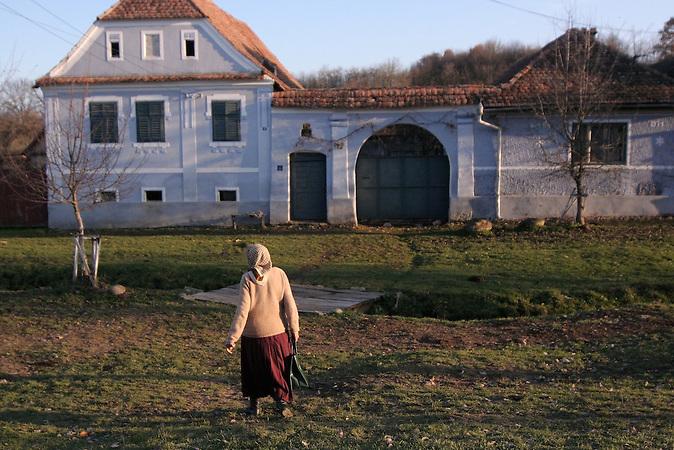 Die 70-jährige Sarah Fernolend, Carolines Mutter, ist die Verwalterin der Kirchburg und eine der 15 übrig gebliebenen Siebenbürger Sachsen. Das Dorf Viscri in Siebenbürgen ist aufgrund seiner schönen und gut erhaltenen Häuser ein touristisch beliebtes Ziel. Der deutsche Name des Dorfes lautet Deutsch-Weißkirch. / The 70-year-old Sarah Dootz, Caroline's mother, is the caretaker of the fortified church and one of the last 15 remaining Transylvanian Saxons. The village Viscri is a popular spot for tourists because of its well preserved and nice houses. Its old german name ist Deutsch-Weißkirch.