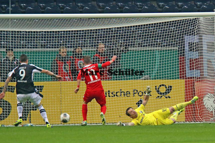 Manuel Riemann und Julian Schauerte (SVS) können nicht klären, Joselu (Eintracht) staubt ab zum 1:0 - Eintracht Frankfurt vs. SV Sandhausen, DFB-Pokal, Commerzbank Arena