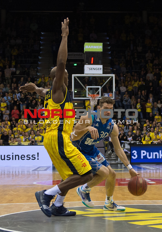 11.02.2020, EWE Arena, Oldenburg, GER, easy Credit-BBL, EWE Baskets Oldenburg vs Fraport Skyliners Frankfurt, im Bild<br /> Rickey PAULDING (EWE Baskets Oldenburg #23 ) Joe RAHON (Fraport Skyliners Frankfurt #30 )<br /> Foto © nordphoto / Rojahn