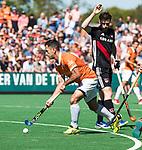 BLOEMENDAAL   - Hockey -  2e wedstrijd halve finale Play Offs heren. Bloemendaal-Amsterdam (2-2) . A'dam wint shoot outs.  Jamie Dwyer (Bldaal) met rechts Fergus Kavanagh (A'dam) . COPYRIGHT KOEN SUYK