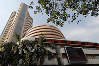 INDIA, Mumbai, stock exchange in Dalal Street, news ticker BSE Bombay Stock Exchange index , notation of ICICI Bank and Infosys / INDIEN, Mumbai, indische Boerse