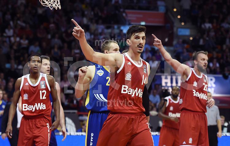 Basketball 1. Bundesliga 2015/2016  02.10.2015 1. Spieltag FC Bayern Muenchen - EWE Baskets Oldenburg Nihad Dedovic (Mitte, FC Bayern Muenchen) zeigt die Richtung an