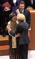 L'attivista birmana e vincitrice del Premio Nobel per la Pace del 1991 Aung San Suu Kyi bacia il Ministro degli Esteri Emma Bonino, a destra, durante la cerimonia per il conferimento della cittadinanza onoraria di Roma col sindaco Ignazio Marino, in alto, in Campidoglio, Roma, 27 ottobre 2013.<br /> Burmese opposition leader and Nobel Prize laureate Aung San Suu Kyi, center, kisses Italian Foreign Minister Emma Bonino, right, during a ceremony with Rome's Mayor Ignazio Marino, top, to receive the honorary citizenship at the Campidoglio city hall in Rome, 27 October 2013.<br /> UPDATE IMAGES PRESS/Isabella Bonotto