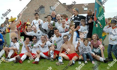 2008-04-20 / Voetbal / Linda Olen - Oosterzonen / De spelers van Oosterzonen vieren kampioen!..Foto: Maarten Straetemans (SMB)