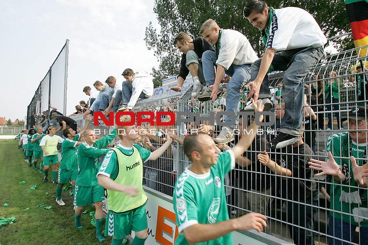 RLN 05 / 06 - 8. Spieltag<br /> <br /> Kickers Emden vs VFB Luebeck<br /> <br /> Dank der Mannschaft an die Fans aus LŁbeck nach dem Sieg<br /> <br /> Foto &copy; nordphoto <br /> <br /> <br /> <br />  *** Local Caption *** Foto ist honorarpflichtig! zzgl. gesetzl. MwSt.<br /> <br />  Belegexemplar erforderlich
