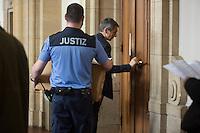 Ein Justizbeamter trägt eine Kiste in den Saal. // Im Berliner Landgericht beginnt der Prozess gegen Rolf Zielezinski nach dem Mord an Luke Holland.