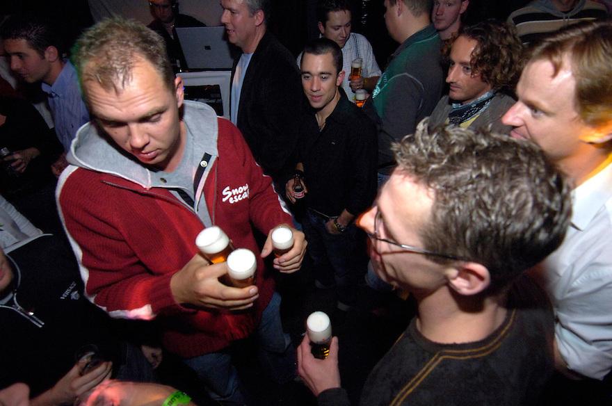 Nederland,  Driebergen,  5 nov 2006<br /> Dance feestje. Jongeren en drank. Jongeren in de kroeg met bier. drankgebruik, drankmisbruik, drinken<br />  <br /> Foto: (c) Michiel Wijnbergh