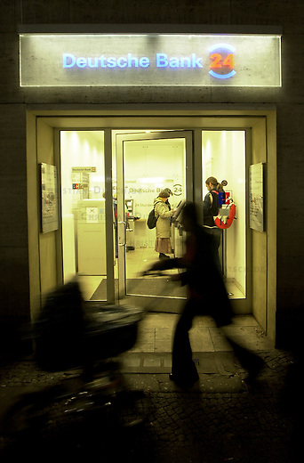 Automaten-Filiale der Deutschen Bank-24 in Berlin am abend.<br /> 1.11.2002, Berlin<br /> Copyright: Christian-Ditsch.de<br /> [Inhaltsveraendernde Manipulation des Fotos nur nach ausdruecklicher Genehmigung des Fotografen. Vereinbarungen ueber Abtretung von Persoenlichkeitsrechten/Model Release der abgebildeten Person/Personen liegen nicht vor. NO MODEL RELEASE! Nur fuer Redaktionelle Zwecke. Don't publish without copyright Christian-Ditsch.de, Veroeffentlichung nur mit Fotografennennung, sowie gegen Honorar, MwSt. und Beleg. Konto: I N G - D i B a, IBAN DE58500105175400192269, BIC INGDDEFFXXX, Kontakt: post@christian-ditsch.de<br /> Bei der Bearbeitung der Dateiinformationen darf die Urheberkennzeichnung in den EXIF- und  IPTC-Daten nicht entfernt werden, diese sind in digitalen Medien nach &sect;95c UrhG rechtlich geschuetzt. Der Urhebervermerk wird gemaess &sect;13 UrhG verlangt.]