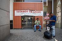 ATENCAO EDITOR IMAGEM EMBARGADA PARA VEICULOS INTERNACIONAIS - SAO PAULO, SP , 18/09/2012 - GREVE BANCARIOS SP. - Os bancários de todo o País entraram em greve por tempo indeterminado a partir de hoje 18. As reivindicações dos trabalhadores, que pedem 10,25%, sendo 5,0% de aumento real. Além do reajuste salarial, os trabalhadores pleiteiam mudanças na participação nos lucros e resultados (PLR). Na foto itau na praça patriarca, centro , sp<br /> FOTO VAGNER CAMPOS / BRAZIL PHOTO PRESS