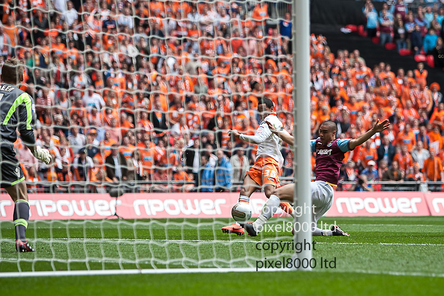 London, UK. Blackpool striker Thomas Ince stretches past West Ham defender Winston Reid to poke home the equaliser during nPower Championship playoff final fixture Blackpool versus West Ham United at Wembley Stadium 19 May.  Please Byline David Fearn Pixel 8000 Ltd