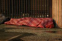 SAO PAULO, SP, 02/07/2013, FRIO. Manhã gelada nessa terça-feira (2) , na região central de São Paulo, morador de rua se protege do frio.  LUIZ GUARNIERI/ BRAZIL PHOTO PRESS