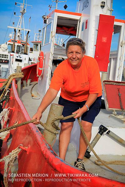 Isoline Viratelle, première femme française capitaine et lamaneur depuis 1980, sur sa pilotine quai de Commerce International, Port Autonome de la Nouvelle-Calédonie.