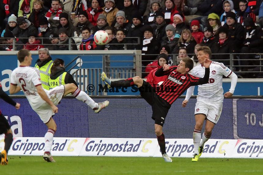 Sebastian Jung (Eintracht) gegen Timmy Simons (Nuernberg)