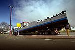 NIEUWEGEIN  - In Nieuwegein is een ploegboot van Ballast Nedam op transport gegaan voor een nieuwe fase van het grootschalige saneren van recreatieplas Nedereindse Plas, het op zijn plaats drukken en gladstrijken van gestorte schone grond onder water. De zwaar verontreinigde voormalige Put van Weber wordt de komende jarein in opdracht van de gemeente Utrecht, die de plas voor 1 euro kocht, schoongemaakt door het vuil af te dekken met schone grond. Omdat de plas onbereikbaar is over water, moest het duwschip per vrachtwagen worden aangevoerd. COPYRIGHT TON BORSBOOM