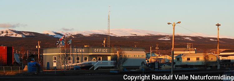 Bosetningen Norman Wells i arktisk Canada. Mount Hamar, oppkalt etter nordmannen Hjalmar Dale i bakgrunnen. ---- The settlement of Norman Wells. Mount Hamar in the bacground.